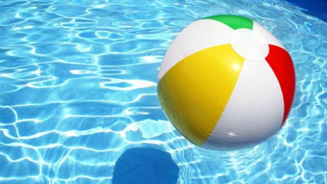 Mitos y verdades en el pintado de piscinas martel for Cuantos litros de agua caben en una piscina